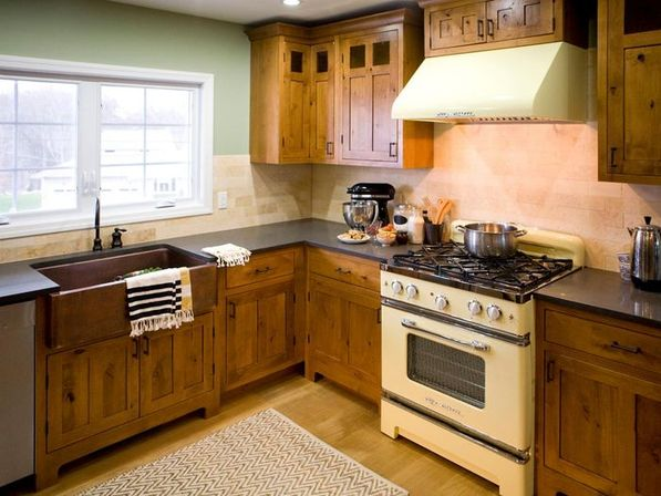Pine kitchen cabinets: original rustic style