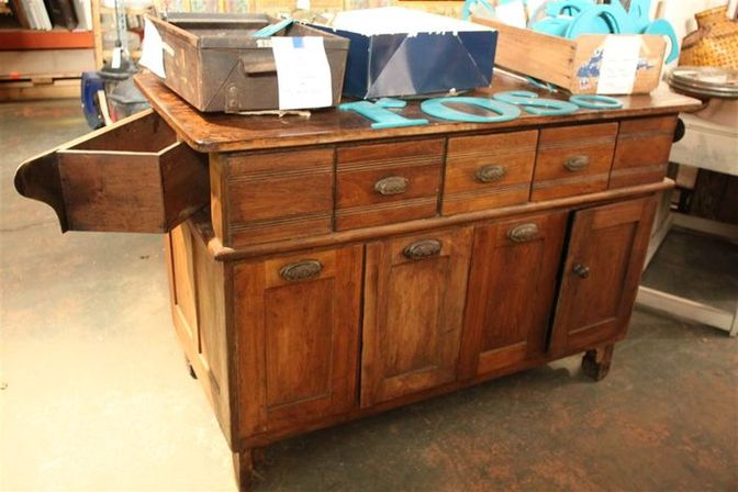 Antique kitchen Island: a perfect combination of antique style and modern convenience